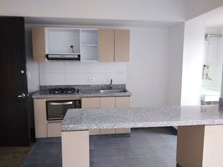Una cocina con una estufa de fregadero y armarios en Apartamento en Venta EL VERGEL