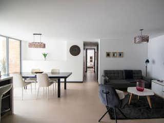 Una sala de estar llena de muebles y una televisión de pantalla plana en Apartamento en venta en Loma Del Escobero de 110m² con Piscina...