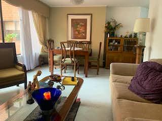 Una sala de estar llena de muebles y una mesa en Apartamento en Venta ALTOS DEL POBLADO