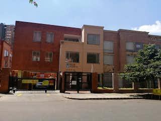 Un edificio de ladrillo con un letrero en la calle en Casa En Venta En Bogotá El Redil