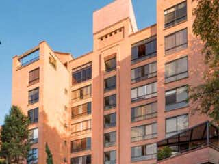 Un edificio alto con un edificio grande en el fondo en 104665 - Apartamento en el poblado sector las Lomas Poblado 1 habitación sector tranquilo