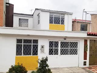 Un edificio blanco con una boca de incendios amarilla en Casa en venta en Alquería de 3 alcoba
