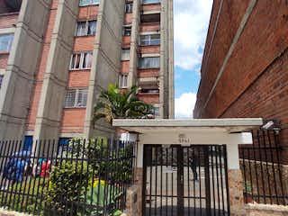 Un banco de madera sentado delante de un edificio en Apartamento en venta en Villa Nueva de 126m²