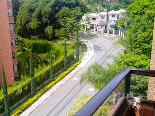 Un tren en una pista cerca de un edificio en Apartamento en Poblado, Edificio Socaire cuenta con tres habitaciones