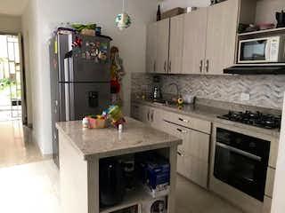 Una cocina con una estufa de microondas y nevera en CASA PARA LA VENTA EN EL VELODROMO