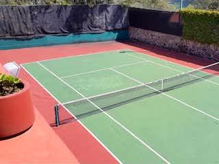 Un tenista con raqueta en una cancha en Casa en venta en Texmic con acceso a Zonas húmedas