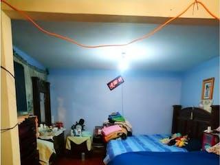 Una habitación con una cama y una mesa en Casa en Venta en Ampliación Gabriel Ramos Millán Iztacalco