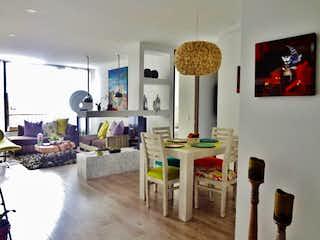 Una sala de estar llena de muebles y una mesa en APARTAMENTO EN ARRIENDO SANTA BARBARA CENTRAL 118M2