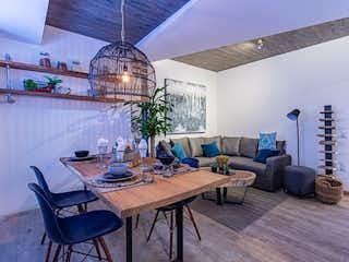 Una sala de estar llena de muebles y una lámpara de araña en Reforma 23