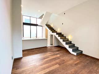 Una habitación con suelos de madera y paredes blancas en CASA 2. VENTA. 3 RECÁMARAS. 165m2. TERRAZA Y ROOF GARDEN PRIVADO. ROMA SUR