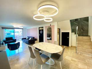 Una gran sala de estar con un gran ventanal en DEPARTAMENTO 306. EXTERIOR. 121m2. 2 RECÁMARAS. BALCONES. NARVARTE