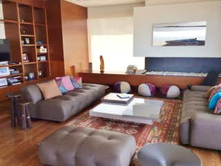 Una sala de estar llena de muebles y una televisión de pantalla plana en Edificio Calle Piedra