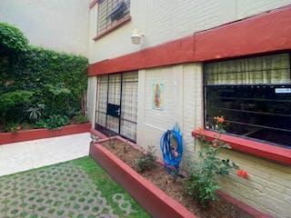 Un edificio de ladrillo rojo con un banco rojo en Casa en venta en Lomas De Chapultepec 230m² con Jardín...