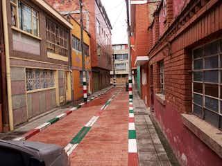 Una estación de tren con un tren en las vías en Apartamento En Venta En Bogota Fontibon