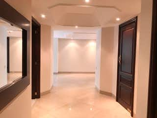 Un gran cuarto de baño con una puerta de ducha de cristal en Apartamento En Arriendo/venta En Bogota Santa Barbara Alta-Usaquén