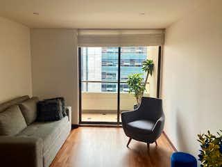 Una sala de estar llena de muebles y una gran ventana en Apartamento En Venta En Bogota Bella Suiza Alta