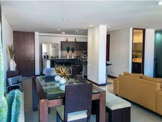 Una sala de estar llena de muebles y una televisión de pantalla plana en Venta De Apartamento en Envigado Loma De Los Bendictinos