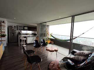 Una sala de estar llena de muebles y una ventana en venta de Apartamento en las Palmas sector Country