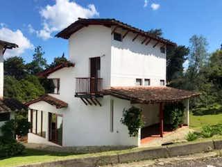 Una casa con un reloj en la parte superior en Venta de Casa Campestre Sector La Macarena Rionegro