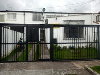 Una foto en blanco y negro de una cerca en Casa En Venta En Bogota Las Villas