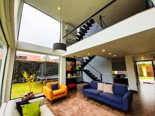 Una sala de estar llena de muebles y una televisión de pantalla plana en Venta Casa Parcelas de Cota Shalom