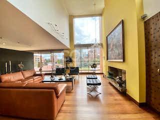 Una sala de estar llena de muebles y una televisión de pantalla plana en Apartamento penthouse con terraza en venta en el Retiro