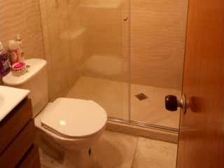 Un cuarto de baño con lavabo y ducha en PERMUTO! CASA REMODELADA 120M2 - CALLE 185 BOGOTA