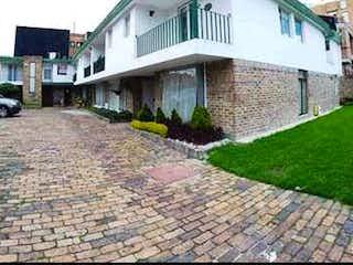 Un edificio blanco con un edificio verde y blanco en EN VENTA CASA EN CONTADOR