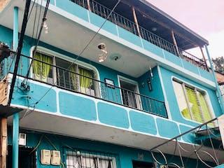 Un tren azul y blanco sentado en la parte superior de un edificio en CASA 2 Y 3 PISO EN BARRIO LA UNION - ITAGUI
