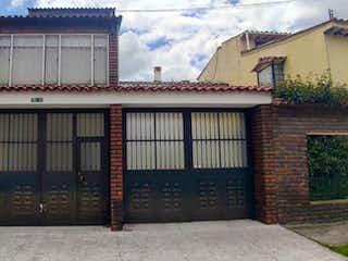 Un gran edificio con un reloj en él en Venta Casa Las Margaritas 3621799