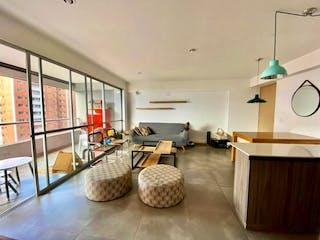 Una sala de estar llena de muebles y una mesa en Apartamento en venta Loma Brujas Envigado