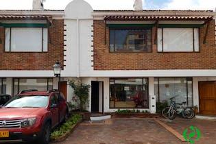 Casa En Venta En Bogota Cedritos-Usaquén, cuenta con 3 niveles y 2 parquederos descubiertos.