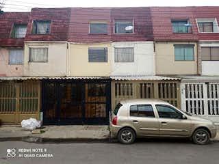 Un coche estacionado delante de un edificio en Se vende casa en zipaquira !!Ganga!!!