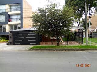 Un camión negro estacionado delante de un edificio en VENTA CASA PASADENA 395M2