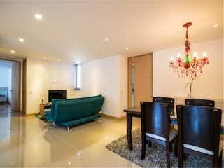 Una sala de estar llena de muebles y una lámpara de araña en Venta de Apartamento en Envigado, Antioquia