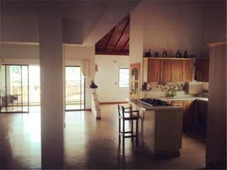 Una cocina con una mesa y sillas en ella en Venta de Apartamento en Copacaba, Antioquia