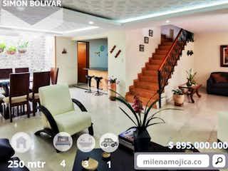 Una sala de estar llena de muebles y un reloj en Hermosa Casa Simón Bolivar
