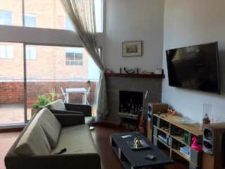 Una sala de estar llena de muebles y una chimenea en Apartamento en Venta ALTOS DE BELLA SUIZA