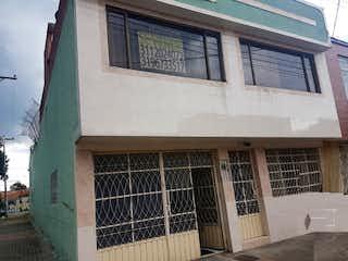 Un gran edificio de ladrillo con una gran ventana en Casa en Venta SANTA MONICA