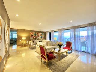Una sala de estar llena de muebles y una gran ventana en Apartamento en Venta EL TESORO