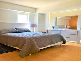 Un dormitorio con una cama y una mesa en él en Casa en venta en Granada de 3 recámaras