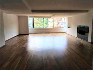 Una vista de una sala de estar con suelos de madera en Departamento en venta en Bosques De Las Lomas de 3 hab.