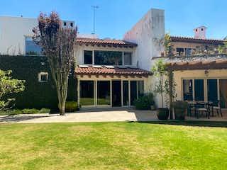 Un gran edificio con una torre de reloj en el centro en Residencia en Venta Loma Linda 270 Lomas de Vista Hermosa