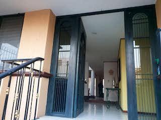 Una imagen de una habitación con una puerta en HERMOSA CASA EN VENTA PASEOS DEL SUR