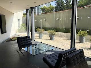 Una imagen de una sala de estar con un gran ventanal en Espectacular Depto En Condesa