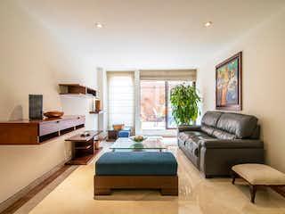 Una sala de estar llena de muebles y una televisión de pantalla plana en Apartamento en venta en Rincón Del Chicó de 3 hab.