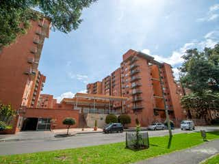 Un gran edificio con una torre de reloj en el centro en Apartamento En Venta En Bogota Salitre