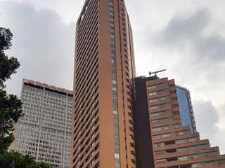 Un edificio alto sentado al lado de un edificio alto en Apartamento En Venta En Bogota Centro Internacional