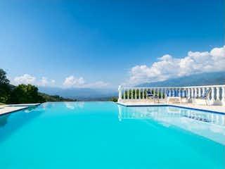 Una piscina que está en una piscina en VENTA FINCA EN SAN JERONIMO, ANTIOQUIA