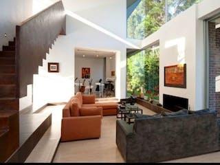 Una sala de estar llena de muebles y una gran ventana en VENTA CASA CAMPESTRE POBLADO VIA PALMAS UNIDAD CERRADA